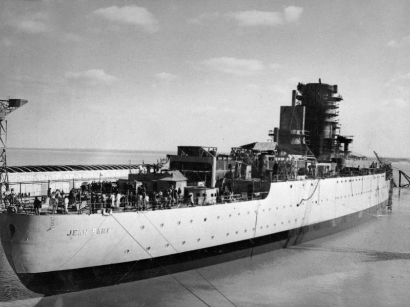 Translation du cuirassé Jean Bart dans la souille profonde pour son achèvement à flot, le 6 mars 1940.