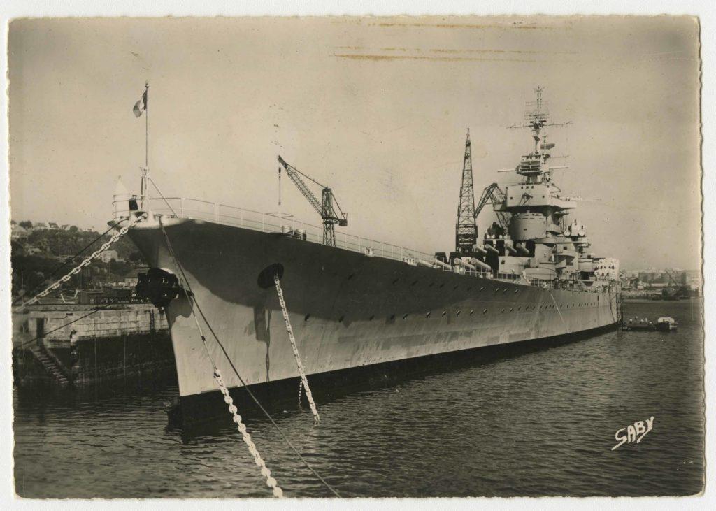 Le cuirassé Jean Bart à quai à Brest après-guerre.