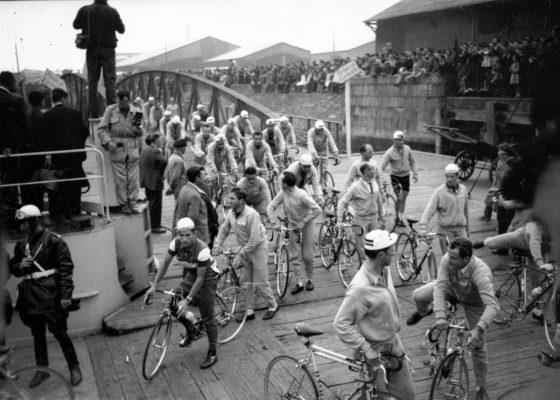 Photographie en noir et blanc de cyclistes du Tour de France lors de l'étape du 5 juillet 1958 à Saint-Nazaire.