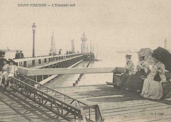 Carte postale représentant des badauds flânant sur l'estacade sud.
