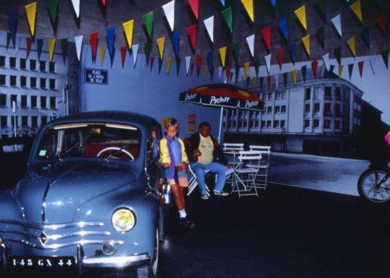 Photographie de visiteurs dans l'exposition « Les années 1950 à Saint-Nazaire » présentée par l'Écomusée en 1993 à l'écluse fortifiée.