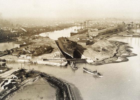 Photographie d'une vue aérienne du paquebot Normandie (1935) dans la forme-écluse Joubert du port de Saint-Nazaire