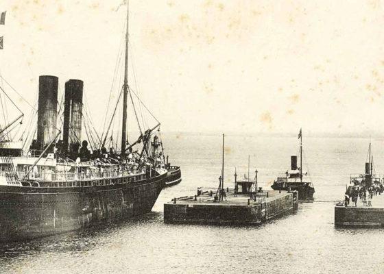 Carte postale illustrant l'arrivée d'un paquebot de la Compagnie Générale Transatlantique par une écluse de l'entrée Est du port de Saint-Nazaire.