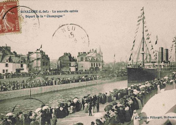 """Carte postale avec une photo représentant le départ du paquebot """"La Champagne"""" (1886) dans l'entrée Sud."""