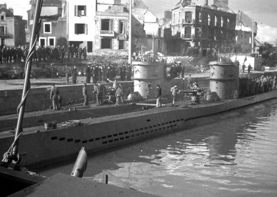 Photographie en noir et blanc du passage d'U-Boot dans l'entrée Sud.