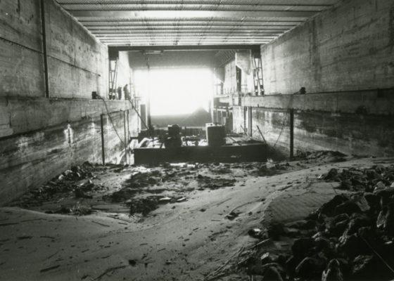 Photographie en noir et blanc de l'écluse fortifiée en travaux en 1987.