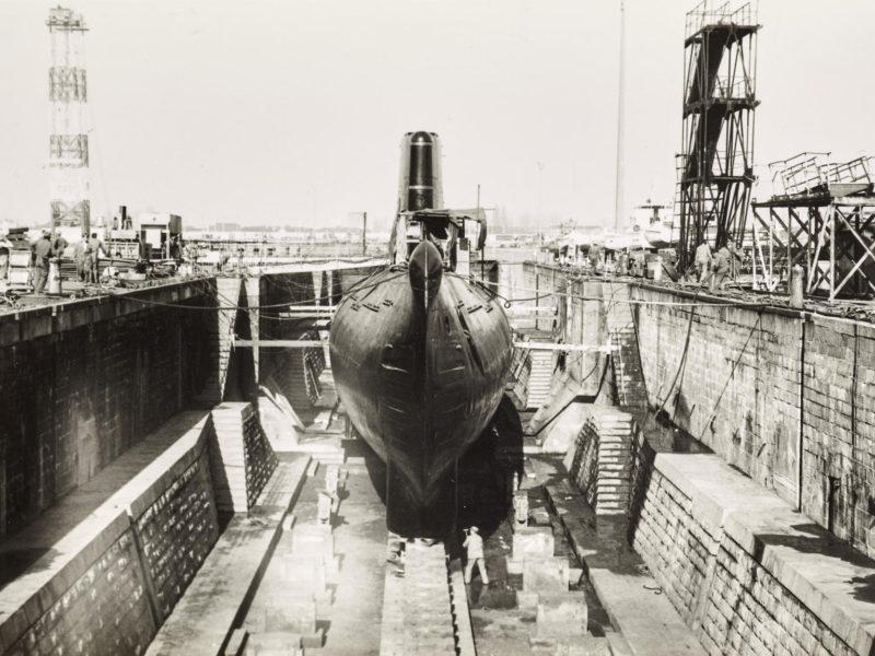 Photographie en noir et blanc représentant le carénage du sous-marin Espadon en forme de radoub.