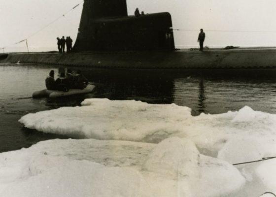 Photographie d'un sous-marin de la série Narval, dans l'Arctique.