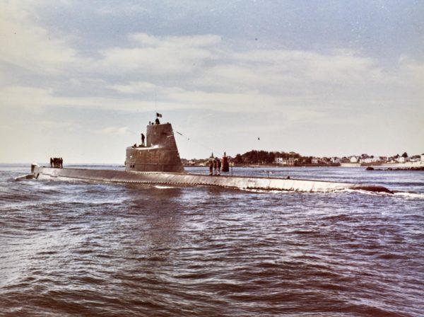 Sous-marin Espadon en mer près des côtes, quelques membres de l'équipage sont debout sur la coque.