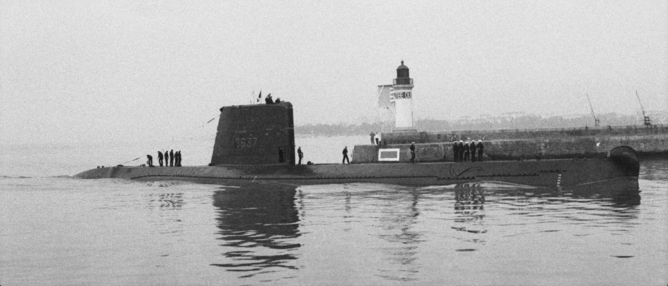 Photographie du sous-marin Espadon dans l'avant-port de Saint-Nazaire
