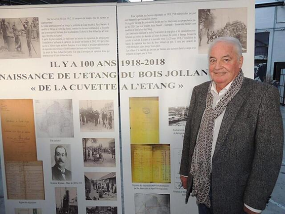 Portrait de Bernard Billon, ancien président de l'association Mémoire et Savoirs Nazairiens devant une exposition sur le bois Joalland.