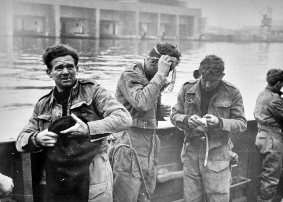 Photographie d'archives en noir et blanc représentant des soldats britanniques pendant l'opération Chariot.